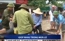 Clip: Bà con miền Trung san sẻ, giúp nhau trong mưa lũ