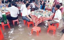 Đám cưới mùa lũ ở Khánh Hòa: Mặc nước ngập, ta cứ vui cái đã