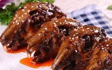 Trung Quốc: Gặm đầu thỏ ướp cay - Thú vui ẩm thực khiến nhiều người phải rùng mình