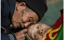 Chuyện tình yêu đẹp như mơ của người vợ bị liệt được chồng chăm sóc suốt 57 năm trời