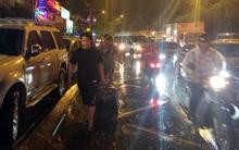Cửa ngõ sân bay Tân Sơn Nhất kẹt cứng, hành khách dầm mưa đi bộ gần 2km vào làm thủ tục