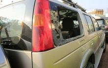 Thanh niên ngáo đá đập vỡ kính ô tô và trụ ATM