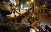 Công nhân trắng đêm di dời hàng cây xà cừ trên đường Kim Mã