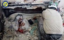 Ám ảnh bức hình người mẹ gục chết bên xác con trai bé nhỏ, tay ôm chặt đứa con mới sinh sau trận không kích