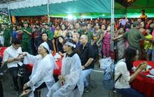 Người dân vây kín, bảo vệ phải lập rào chắn quanh lễ tang NSND Thanh Tòng