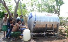 Bộ đội chở nước về giải cơn khát cho vùng hạn ở Gia Lai
