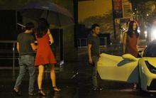 Cường Đô La vừa đi vừa che ô cho Hạ Vi trong đêm mưa