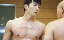 """K2: Người không mảnh vải che thân, Ji Chang Wook vẫn """"cân"""" cả dàn cảnh vệ"""