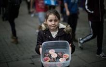 Anh: Cô bé 5 tuổi tự tay nướng bánh ngọt để phân phát cho người vô gia cư
