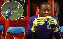 Ném bóng phản lưới nhà hài hước, thủ môn đổ lỗi cho món bánh mì kẹp mứt