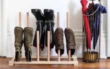 """Cách làm kệ đựng giày """"chuẩn khỏi chỉnh"""" giúp giữ dáng cho những đôi bốt mùa đông"""