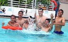 Dàn tuyển thủ Việt Nam khoe body săn chắc, vui đùa ở bể bơi