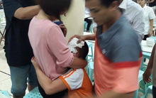 Hà Nội: Mâu thuẫn trên bàn nhậu, người đàn ông cầm bát nước mắm ném rách đầu bé trai 9 tuổi
