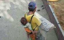 Hình ảnh cha địu con trên lưng đi bốc vác khiến nhiều người không khỏi chạnh lòng