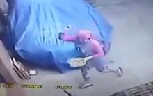 Bà chủ khách sạn ở Tân An khủng bố hàng xóm bằng trứng thối