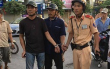 """Hà Nội: CSGT vây bắt 2 """"cẩu tặc"""" trên phố Thái Hà"""