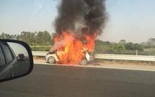 Taxi đang chạy trên cao tốc Hà Nội - Hải Phòng bất ngờ bốc cháy dữ dội