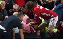 Hành động ấm áp tình người của Fellaini trong vụ CĐV Man Utd giẫm đạp ăn mừng bàn thắng của Rashford