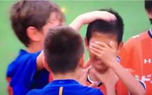 Thấy đối thủ khóc nhè vì thua trận, dàn cầu thủ nhí Barcelona đã có hành động khiến ai cũng phải cảm phục