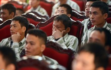 Photos of the day: Giọt nước mắt người ở lại trong ngày ân xá toàn quốc