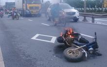 Xe máy bốc cháy ngùn ngụt trên đường, thiếu nữ hốt hoảng bỏ chạy