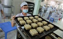 Chùm ảnh: Cận cảnh quy trình làm bánh Trung thu Bảo Phương ở Hà Nội