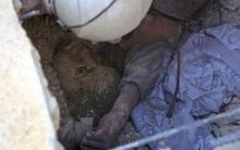 Gương mặt ám ảnh của cậu bé Syria bị chôn sống dưới đống đổ nát sau trận không kích