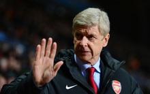 """Thấy Wenger kêu ca không có tiền mua cầu thủ, nhân viên bán hàng Arsenal đã làm điều khiến """"giáo sư"""" phải xấu hổ"""