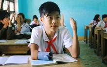Cậu học trò nghèo gắn ống nhựa vào đôi tay cụt để vẽ ước mơ đời mình