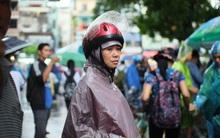Chùm ảnh xúc động: Mưa to lúc tan buổi thi, bố mẹ tay cầm sẵn áo mưa vì mong con không ướt...