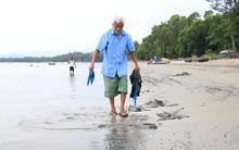 """""""Ông bụt"""" suốt 6 năm nhặt rác không công trên bãi biển Đà Nẵng"""