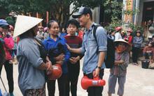 Clip: Không chỉ là phần quà cứu trợ, Phan Anh còn mang đến đây cả lời động viên và nụ cười ấm áp