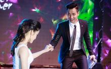 MC Nguyên Khang dìu tay Á hậu Huyền My lên sân khấu dẫn chương trình chung