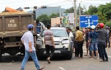 Dừng đèn đỏ, ô tô 7 chỗ bị xe tải tông, 5 người thoát chết