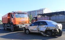 Quảng Nam: Ô tô 4 chỗ nát bươm sau va chạm kinh hoàng, tài xế hoảng loạn