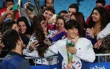 Võ sĩ hot boy Hàn Quốc ngượng ngùng khi bị fan nữ nước chủ nhà ôm vai bá cổ