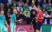Neymar may mắn nhận thẻ vàng dù chửi thẳng mặt trọng tài