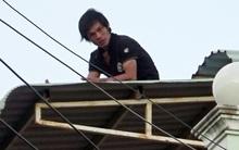 Thanh niên nghi ngáo đá cố thủ trên nóc nhà từ trưa đến tối
