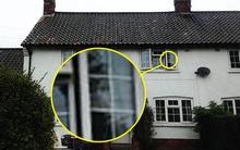 Linh hồn mẹ già quá cố xuất hiện trên cửa kính ngôi nhà có hiện tượng bị ám