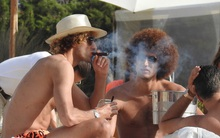 Fellaini phì phèo hút xì-gà ở bãi biển