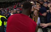 Pogba cởi áo ném tặng, fan nữ cảm động phát khóc
