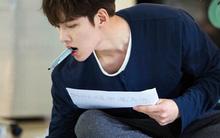 """""""Đại sư huynh"""" Ji Chang Wook ngậm bút thôi cũng quyến rũ!"""