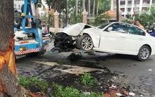 Xe BMW nát đầu sau khi tông vào gốc cây giữa Sài Gòn