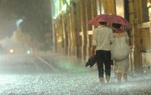 Hình ảnh lãng mạn: Cô dâu chú rể nắm tay lội nước trong cơn mưa bão ở Hà Nội