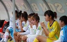 Cầu thủ nữ gặm bánh mì giữa trận chờ mưa tạnh