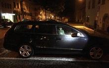 Mải đi hộp đêm với bạn bè, người mẹ nhẫn tâm khóa kín con trong ô tô suốt nhiều giờ