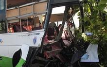 Xe khách đâm vào container làm 17 người thương vong