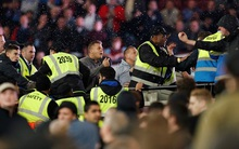 Cổ động viên Chelsea ẩu đả với West Ham sau trận thua