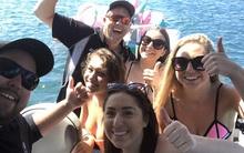 Đi câu mực, 2 ngư dân cứu được 4 thiếu nữ mặc bikini đang lênh đênh trên biển