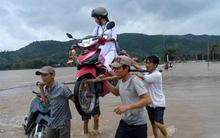 """4 """"soái ca"""" dùng thanh gỗ khiêng nữ sinh cùng chiếc xe máy qua vùng lũ"""